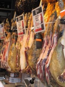 マドリード、サン・ミゲル市場内のハム店
