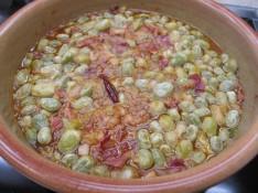 土鍋でゆっくり煮込むソラマメのグラナダ風